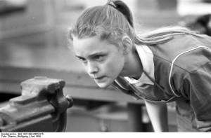 ADN-ZB/Thieme 5.6.89 Bez. Karl-Marx-Stadt: Lieber zweimal richtig gemessen, als einmal zuviel weggefeilt, sagt sich Claudia Rothe aus der 7. Klasse der Dieserweg-Oberschule in Karl-Marx-Stadt. Polytechnischen Unterricht im Fach Metallbearbeitung erhält sie mit ihren Klassenkameraden im polytechnischen Zentrum des VEB Robotron Buchungsmaschinenwerk, das seit 1956 existiert. Seither hat sich das Zentrum zu einer anspruchsvollen Bildungsstätte für die produktive Arbeit der 7.-10. Klassen profiliert. An das Erlernen der Grundfertigkeiten in der Metallbearbeitung schließen sich für die Schüler erste Montagearbeiten, z.B. an Tastaturen von Schreibmaschinen, an. Werkzeugmaschinenausbildung für die 9. Klassen und komplizierte Montagearbeiten an Bürocomputern an der Seite von Lehrfacharbeitern in Produktionsabteilungen vervollständigen für die 10. Klassen die Ausbildung.